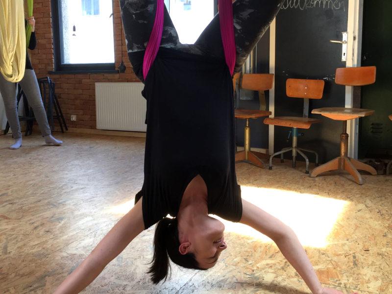 Kraemerloft-coworkingspace-erfurt_Aerial-yoga_kopfstand