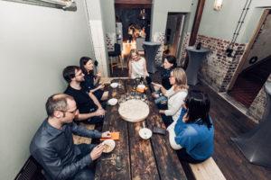 Meeting in unserer Lounge und Küche im KrämerLoft Erfurt